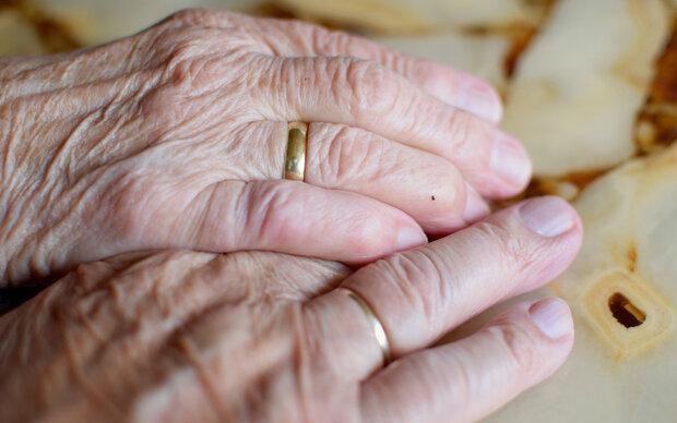 Altes Paar stirbt Hand in Hand