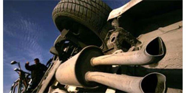 Lenker bei Unfall aus Lkw geschleudert