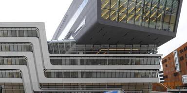 Betonplatte löste sich: WU sperrt Bibliothek