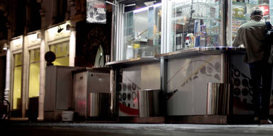 Hot-Dog-Dieb wird mit Würstelzange verjagt