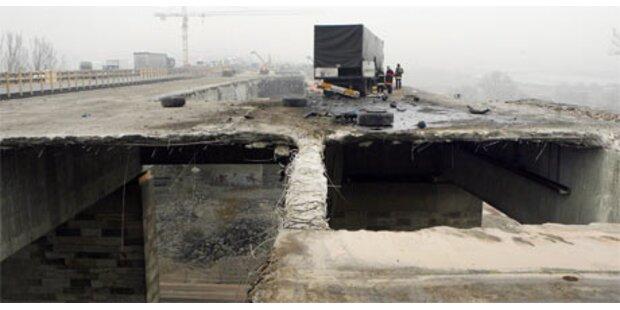 Lkw flog über sechs-Meter-Autobahn-Loch