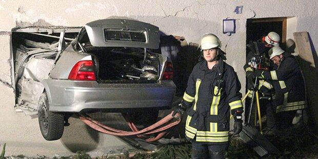 Auto rast durch Wohnzimmerwand