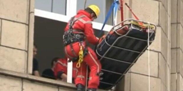 250 Kilo-Frau mit Kran gerettet