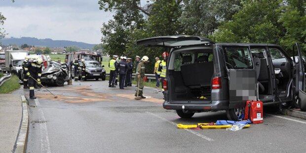 Kleinbus kollidiert mit PKW: Eine Tote