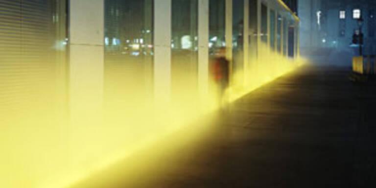 Gelber Nebel schlängelt sich durch Wien