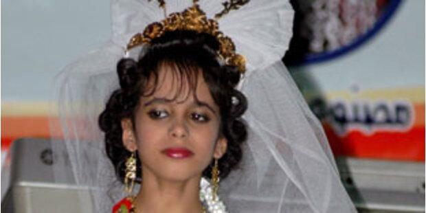 Was macht das Kind in Brautkleid auf dem Laufsteg?