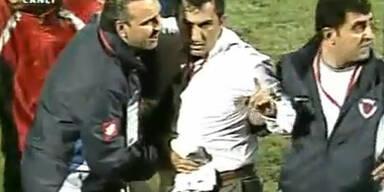 Coach auf Spielfeld niedergestochen