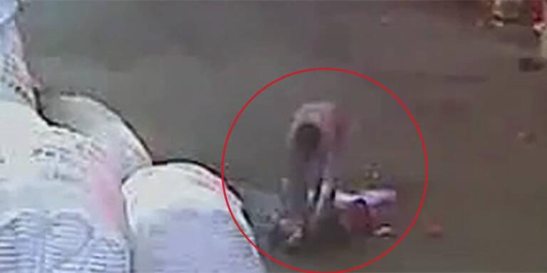 Passanten ignorieren verletztes Kleinkind