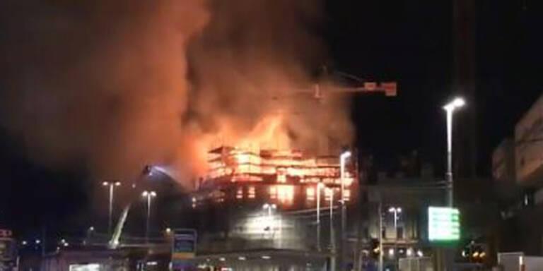 Feuer wütet mitten in Zürich: Trümmer fliegen hunderte Meter