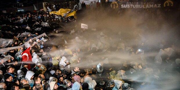 Wasserwerfer & Tränengas gegen Proteste
