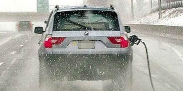 Autofahrer reißt Zapfhahn ab