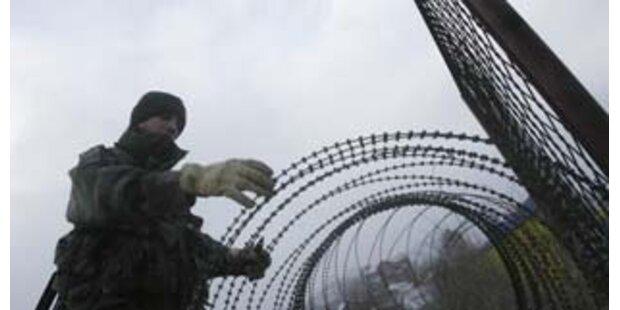 Französische Truppen errichten Zäune in Mitrovica
