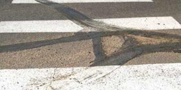 Frau auf Zebrastreifen von Lkw überrollt