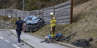Pkw fuhr in Radfahrergruppe: 27-Jähriger tot