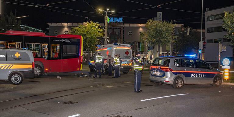 Bus überrollt Radfahrer: 27-Jähriger tot