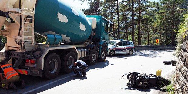 Motorrad bei Horror-Crash in zwei Teile gerissen