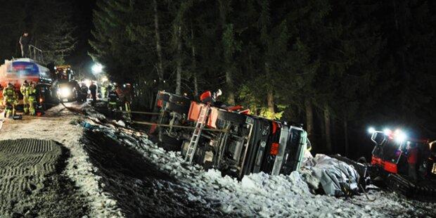 Umgekippter LKW hält Feuerwehr auf Trab