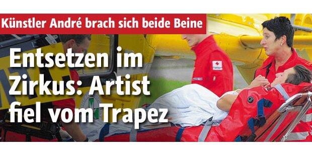 Artist fällt im Zirkus von Trapez