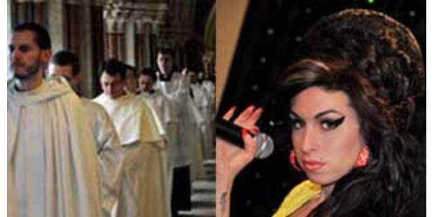 Singende Mönche laden Winehouse ein