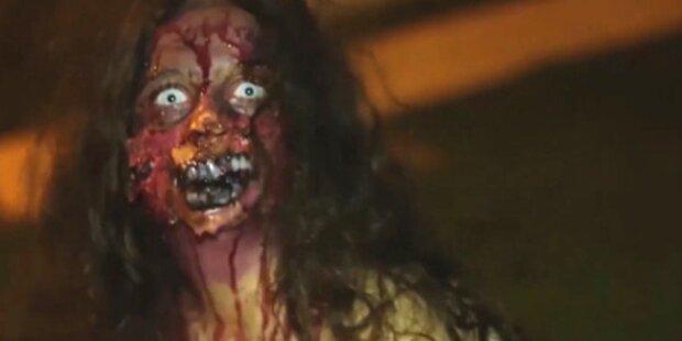 Horror-Zombie erschreckt Passanten