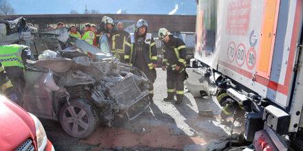 Auffahrunfall - 49-Jähriger stirbt in Flammen-Auto