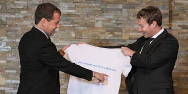 Zuckerberg schenkt Medwedew ein Facebook-T-Shirt
