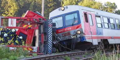 Lkw schiebt Zug von Schienen