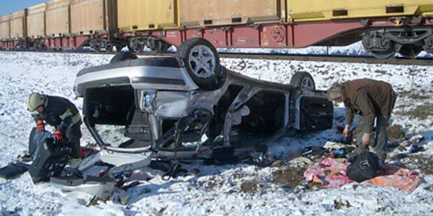 Pkw von Güterzug gerammt