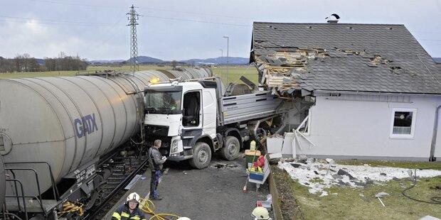 Lkw crasht in Zug und rammt ein Wohnhaus