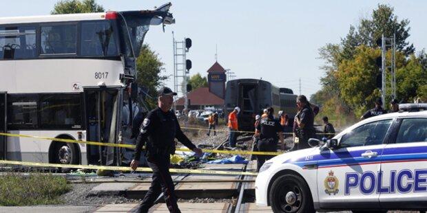 Doppeldecker von Zug erfasst: 6 Tote