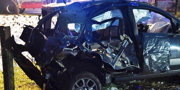 49-jähriger Lenker crasht mit Auto in Zug - tot
