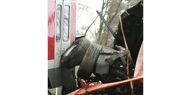 Zug rammt Lkw  - 16 Verletzte