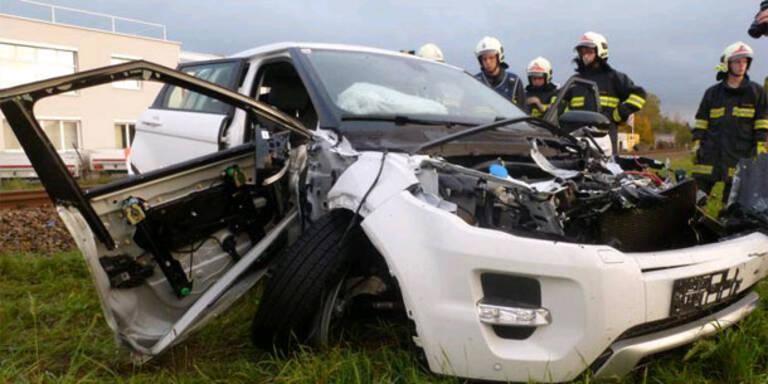 Zug schleift Auto mit - Lenker schwer verletzt