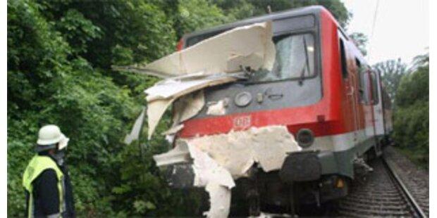 Zug entgleiste nach Kollision mit Lkw bei Weiz