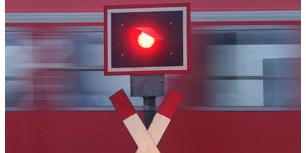 Zug erfasst Mann auf den Gleisen tödlich
