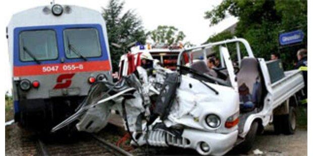 2 schwere Unfälle auf unbeschranktem Bahnübergang