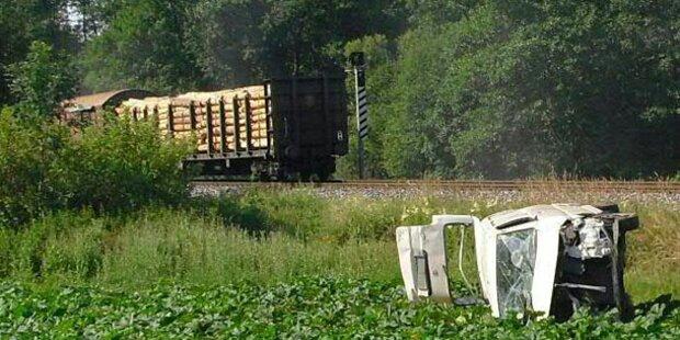 Klein-Lkw kollidierte mit Zug: Lenker schwerverletzt