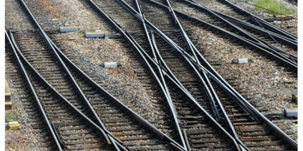 Alko-Lenkerin bei Graz von Zug gerammt