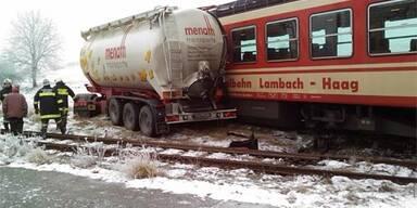 Lkw prallte gegen Zug - Lenker leicht verletzt