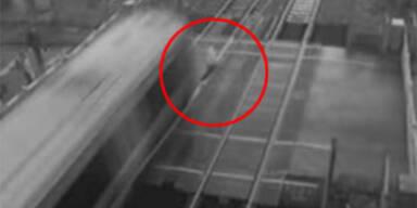Mann wird fast von fahrendem Zug überrollt