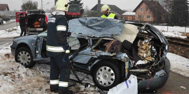 Pkw kracht gegen Zug: Lenkerin tot