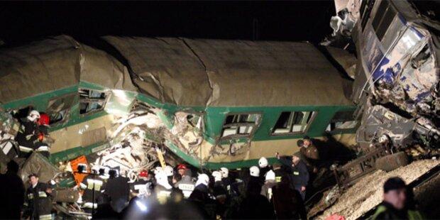 Züge rasen ineinander -  16 Tote