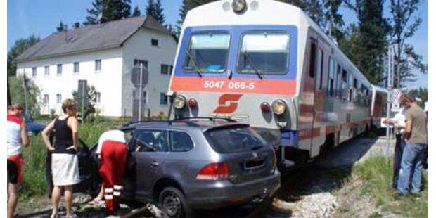 Pkw 20 Meter von Zug mitgerissen