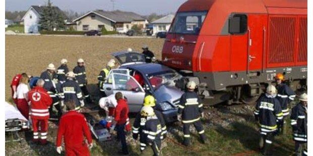 Zug schleift Auto 80 Meter mit