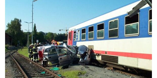 Pkw wurde in Wels von Zug erfasst